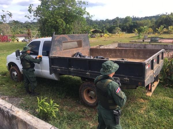 Fuerza Pública custodia vehículo que llevaba sedimento para extraer oro.