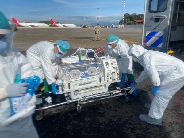El traslado se hizo en una incubadora especial para las condiciones de prematuridad del menor. Fotografía: CCSS