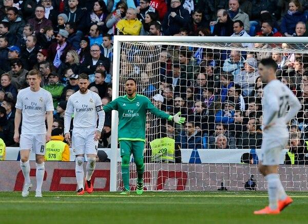 El portero Keylor Navas alentó ayer a sus compañeros tras el gol del Atlético de Madrid en el Estadio Santiago Bernabéu. Tony Kross (izq.) y Sergio Ramos evidenciaron su pesar. | AP