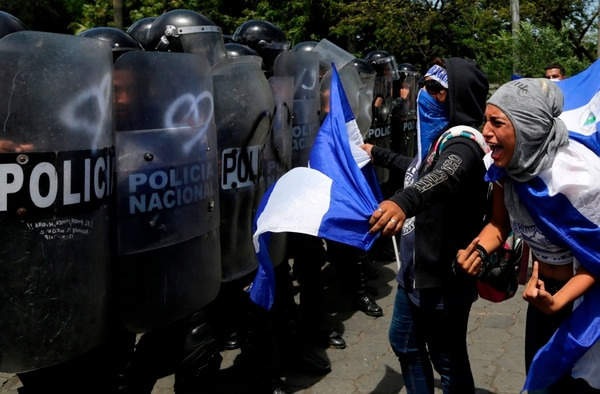 A woman yells at riot police blocking a street during a protest against Nicaraguan President Daniel Ortega's government in Managua, on September 23, 2018. (Photo by INTI OCON / AFP)