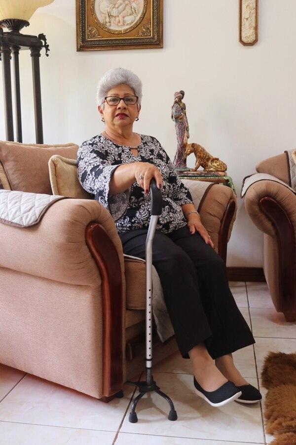 Ella es doña Nuria Hernández. Después de ser intervenida en la CCSS solo puede caminar con bastón, pero agradece