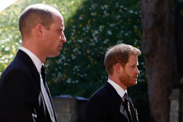 Guillermo y Enrique marcharon en silencio detrás del féretro de su abuelo, el príncipe Felipe, quien fue despedido el sábado anterior en una emotiva ceremonia televisada. Entre ambos, caminó su primo Peter Phillip, quien está fuera de lente en la imagen. AFP