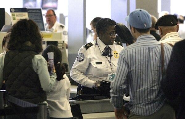 Agente de la TSA revisa a pasajeros en el aeropuerto de Chicago. | ARCH.