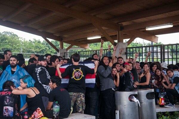 Un pequeño tumulto de seguidores se armó en la entrada a Parque Viva, pero el acceso pasó sin contratiempos.
