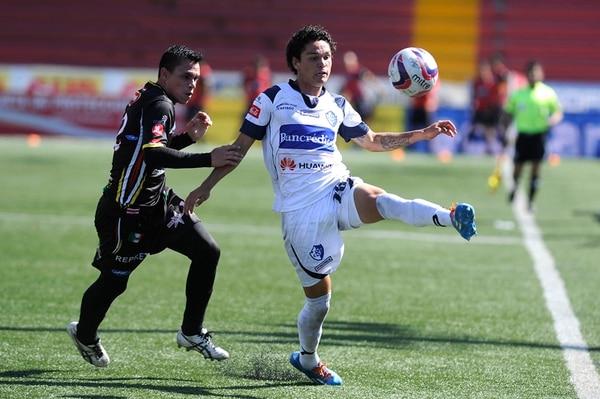 Kevin Vega destacó en el primer tiempo. El belemita Roberto Rojas (12) lo presiona. Fue un buen juego en una tarde calurosa. | RAFAEL MURILLO