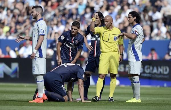El árbitro Amaury Delerue (de amarillo) pide la asistencia médica para el delantero sueco Zlatan Ibrahimovic, quien no pudo seguir en el juego que este sábado ganó su equipo, París Saint-Germain, ante Bastia con pizarra de 2-0.