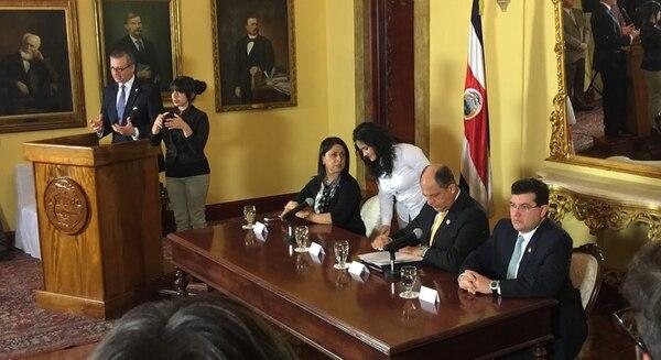 El canciller Manuel González (de pie) anuncia la ruptura política con el SICA. En la mesa, acompañan al presidente Luis Guillermo Solís (centro), la directora de Migración, Kattia Rodríguez; y el ministro de la Presidencia, Sergio Alfaro.