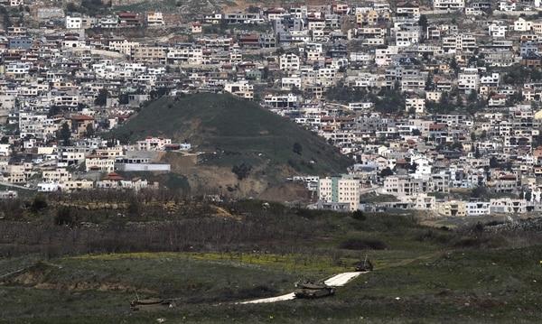 Carros de combate israelíes patrullan cerca Majdal Shams, en los Altos del Golán (Israel) este miércoles. Al menos una persona murió hoy y otras siete resultaron heridas en el bombardeo de aviones israelíes en la provincia siria de Quneitra,