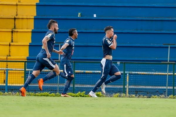 Hernán Fener (izquierda) y Jossimar Pemberton (centro) celebraron con el volante Cristopher Núñez (derecha), quien besó el escudo de Cartaginés tras anotar su primer gol en la máxima categoría. Fotografía: José Cordero.