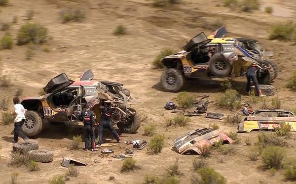 El auto de Stephane Peterhansel (300) es asistido por el de Cyril Despres luego de sufrir un percance que le hizo perder el liderato en la clasificación de carros del Rally Dakar. / AFP PHOTO