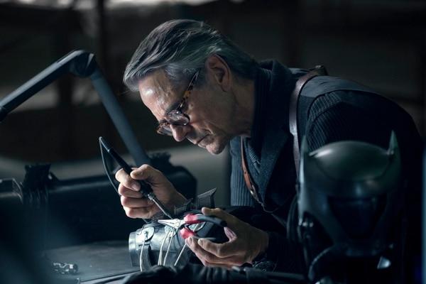 Jeremy Irons, como Alfred Pennyworth, vuelve estar al servicio de Batman. Su amistad y cercanía será siempre clave, al menos dentro del mundo del guardián de Gótica. Rola para LN