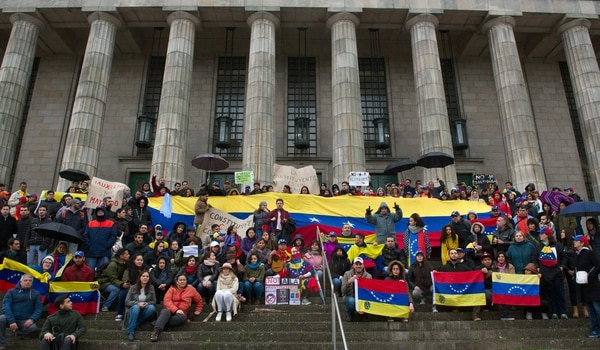 Miembros de la comunidad venezolana en Argentina protestan contra la elección para formar una Asamblea Constituyente, durante un acto en Buenos Aires el 30 de julio de 2017.