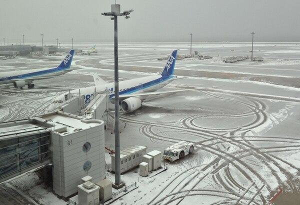 Más de 100 vuelos fueron cancelados por la nevada y cerca de 4.500 perssonas están varadas en el aeropuerto Haneda, de Tokio. | AFP