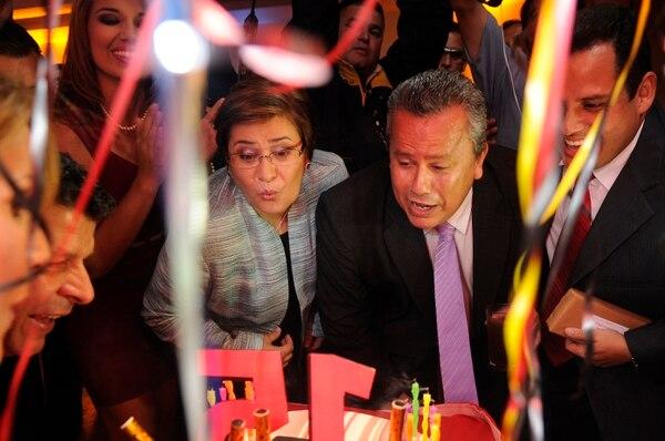 Roxana Zúñiga, Roy Solano y Jerry Alfaro en la celebración de los 15 años de 'Noticias Repretel', en el 2013. Fotografía: Archivo GN.