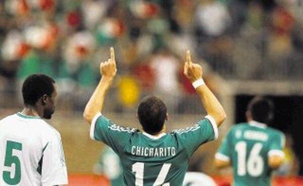 Javier Hernández festeja uno de sus dos goles en el Reliant Stadium. | EFE