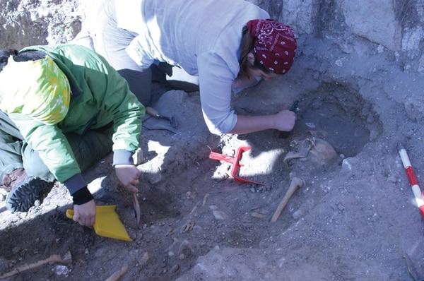 En el 2000, Ariana Fernández (pañuelo verde) formó parte del equipo que exhumó fosas comunes en Srebreica tras el genocidio en Kosovo.