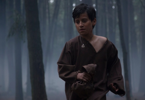El niño León, interpretado por Hanssel Casillas, presencia la muerte de su padre, quien fue acusado de un crimen que no cometió. Fotografía: Fox Premium Series para La Nación