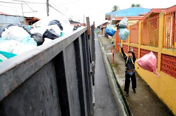En las comunidades de Juan Viñas y Pejibaye, dos veces a la semana, se recolectan los residuos orgánicos y la basura. El camión del reciclaje pasa una vez a la semana.   DIANA MÉNDEZ