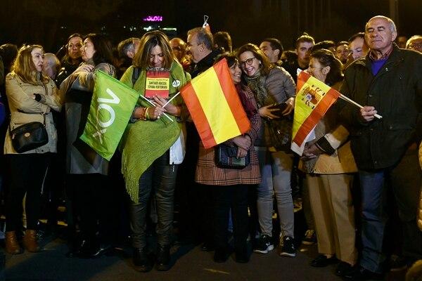 Los partidarios españoles del partido de la extrema derecha Vox esperan el inicio de un mitin para lanzar oficialmente la campaña electoral de la agrupación en Madrid el 11 de abril de 2019 antes de las elecciones generales del 28 de abril. Foto: AFP