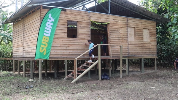 Proyecto realizado por Subway y la Fundación Techo busca mejorar las condiciones de los vecinos de El Tecal en Matina de Limón. Foto cortesía para LN.