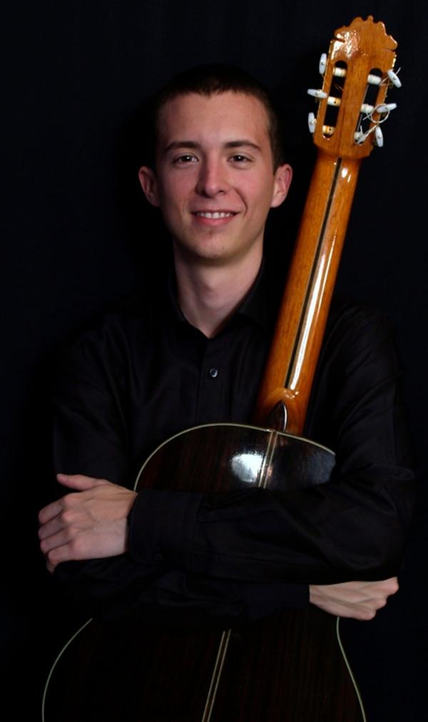 Profesor. Carlos Alberto Castro enseña guitarra en Austria. Teatro Nacional para LN.