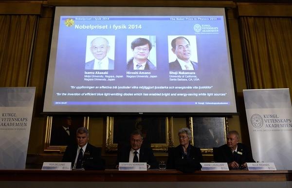 Una pantalla muestra los retratos de los tres japoneses Isamu Akasaki, Hiroshi Amano y Shuji Nakamura (en la pantalla), quienes fueron distiguidos por la Real Academia de las Ciencias de Suecia con el Premio Nobel de Física 2014 por inventar el diodo emisor de luz LED.