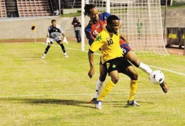 Daine Richarson es despojado de la pelota por el lateral izquierdo de la Tricolor, Júnior Díaz, jugador del Brujas de Bélgica. Devon Ching / Para La Nación