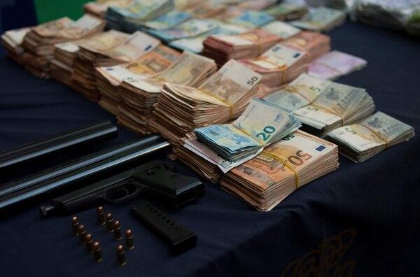 Además de la droga, la Policía Nacional de España se incautó de unos 300.000 euros, armas y municiones. Foto: AFP.