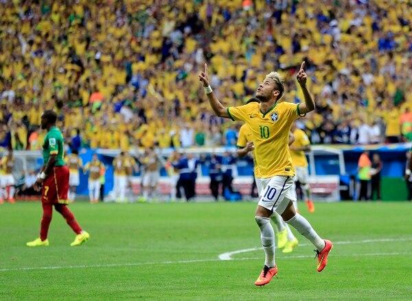 Con su doblete, Neymar alcanzó el liderato de la tabla de goleadores del Mundial Brasil 2014 con cuatro goles.