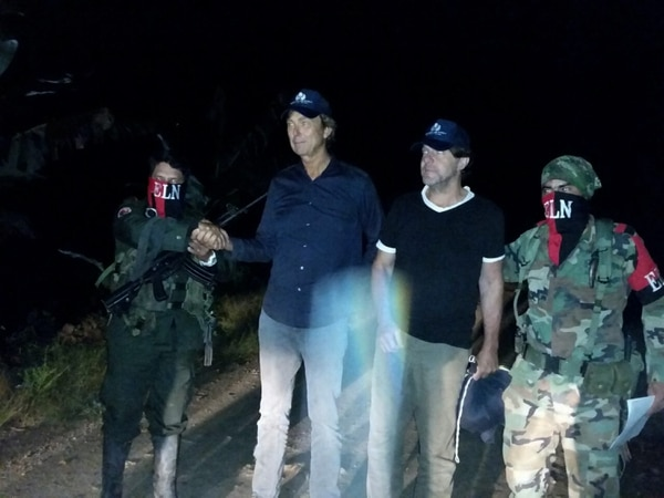 La Defensoría del Pueblo divulgó esta fotografía de los periodistas holandeses Derk Johannes Bolt, de 62 años, y Eugenio Ernest Marie Follender, de 58, acompañados por guerrilleros del ELN.
