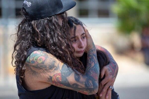 Una pareja se daba apoyo mutuo en un monumento improvisado en El Paso, Texas, en homenaje a las víctimas del tiroteo que se produjo el sábado 3 de agosto del 2019.
