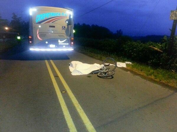 El ciclista José Pérez Moreno, de 64 años, murió cuando, al parecer, invadió el carril contrario y fue arrollado por un autobús. | REINER MONTERO