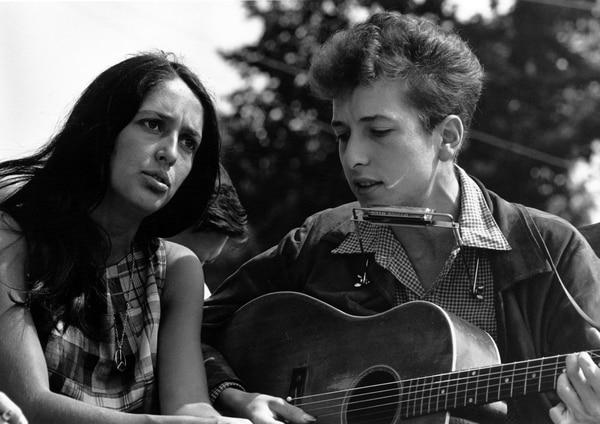 La cantante Joan Báez junto a su colega y gran amor Bob Dylan. Fotografía: Wikicommons para La Nación