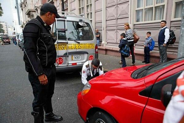 En la escuela Buenaventura Corrales los oficiales de tránsito decomisaron placas a transportistas de estudiantes y taxistas informales.