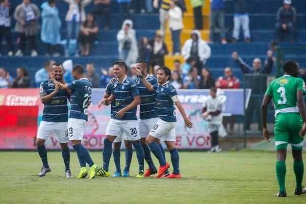 Ricardo Blanco (izq.) celebró con sus compañeros un tanto en la primera fecha del torneo, ante Limón.