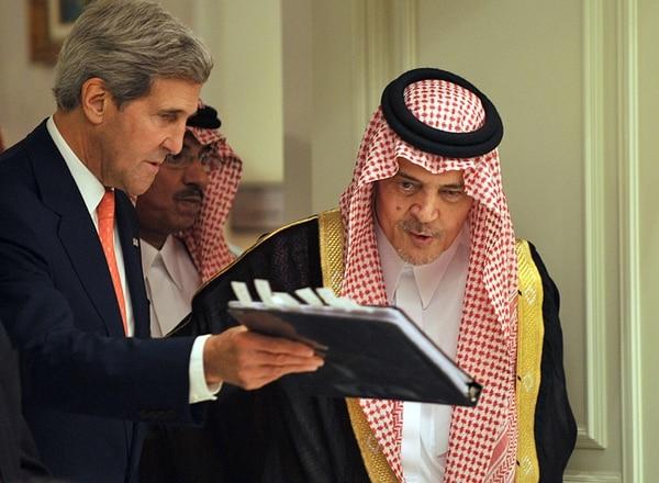 John Kerry (izq.) y el príncipe Saud al-Faysal, reunidos ayer en Riad. | AFP