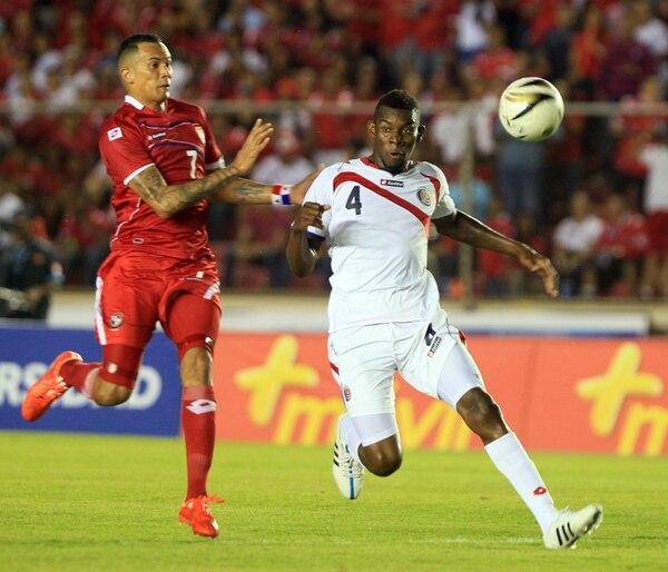 El tico Keyner Brown (de blanco) intenta marcar al atacante panameño Blas Pérez en el estadio Rommel Fernández.