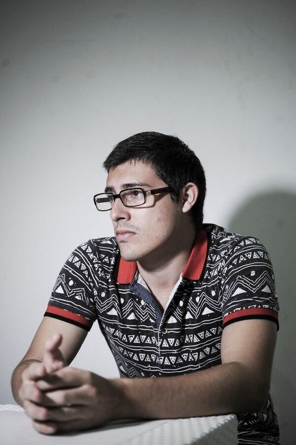 Byron Salas envió su novela 'Mercurio en primavera' a la editorial de la UNED y fue rechazada. La editorial independiente Lanzallamas trabajó con él la depuración e impresión del texto. Foto: Jorge Navarro.