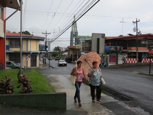 Los vecinos de San Carlos y Limón, tuvieron lluvias leves desde tempranas horas de este lunes.