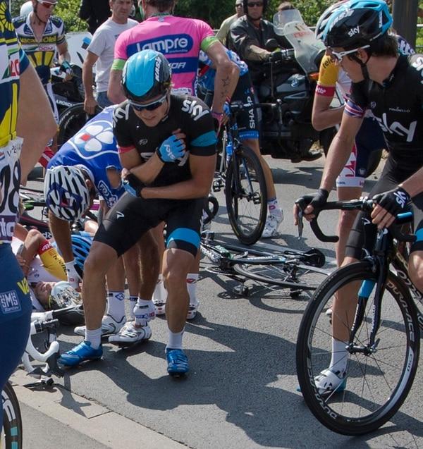 Edvald Boason Hagen se levanta tras caerse ayer jueves en la etapa 12 del Tour de Francia 2013.