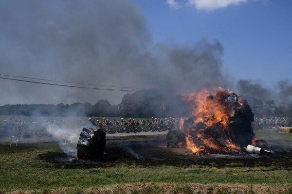 La etapa estaba en marcha y los ciclistas fueron testigos de una quema accidental en el camino entre Brest y el Muro de Bretaña. Fotografía: AFP / Philippe López
