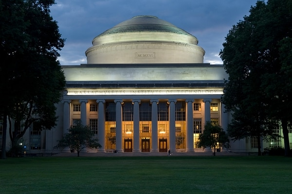 El Instituto Tecnológico de Massachusetts (MIT) impugnó la decisión del gobierno de Trump de retirar visas a los extranjeros que soplo estudiaran en línea. MIT