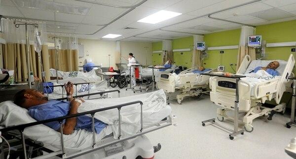 Ante la reducción en el número de camas del Hospital de Puntarenas, las áreas de observación del nuevo servicio de Emergencias ayudan a desahogar la demanda. Los pacientes pueden pasar aquí tres días esperando que quede libre una cama en piso. | GRACIELA SOLÍS LN