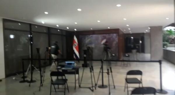 Policías ingresando al despacho del presidente.