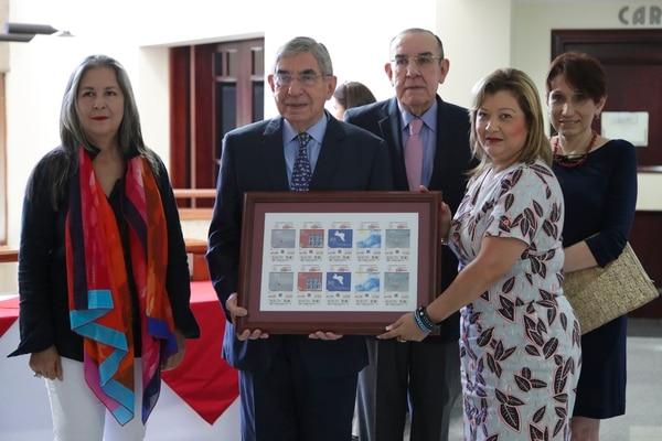 El expresidente Óscar Arias presentó junto a los pintores el diseño de esta emisión especial.