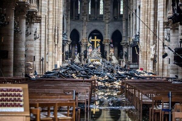 Escombros en el interior de la catedral de Notre Dame, en París, luego de que los bomberos lograron sofocar el incendio, este martes 16 de abril del 2019.