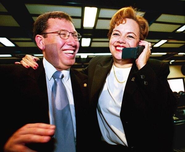 Rina Contreras recibe la felicitación de José Manuel Núñez, al ser elegida presidenta legislativa el 1°. de mayo del 2000.