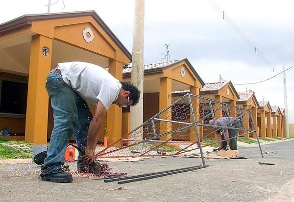 La exoneración del pago del avalúo, en el programa de Fideicomiso para vivienda de clase media, es legal según la Sala IV. Cristian y Rafael Guzmán trabajan en el Residencial Porto Fino en Desamparados.