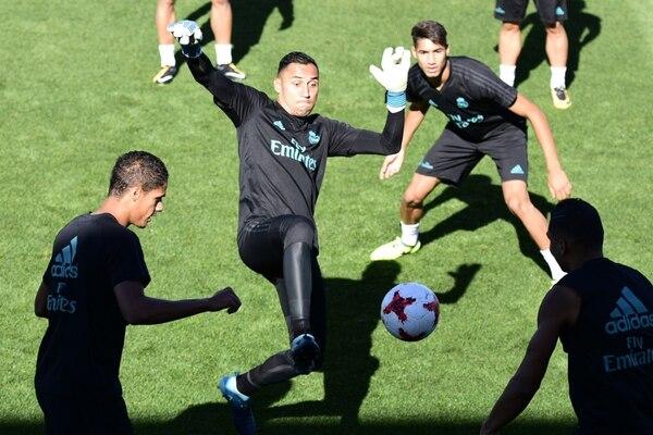 Keylor Navas en el último entrenamiento del Real Madrid previo al juego de ida de la final de la Supercopa española, ante el Barcelona.