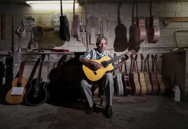Aristides Guzmán confeccionó su primera guitarra a los 14 años, en el taller de su tío Emanuel Mora.